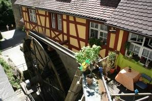 Mühle unterhalb der Ziehbrücke zur Burg und den Stufen hoch zum Schloss