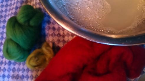 warme Seifenlauge und Filzwolle