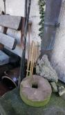 so einen Schleifstein habe ich für meinen Opa noch gedreht, wärend er die Sense und Messer daran geschärft hat.