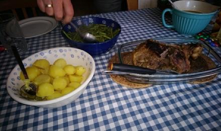 Braten mit feinen Böhnchen und Kartoffeln